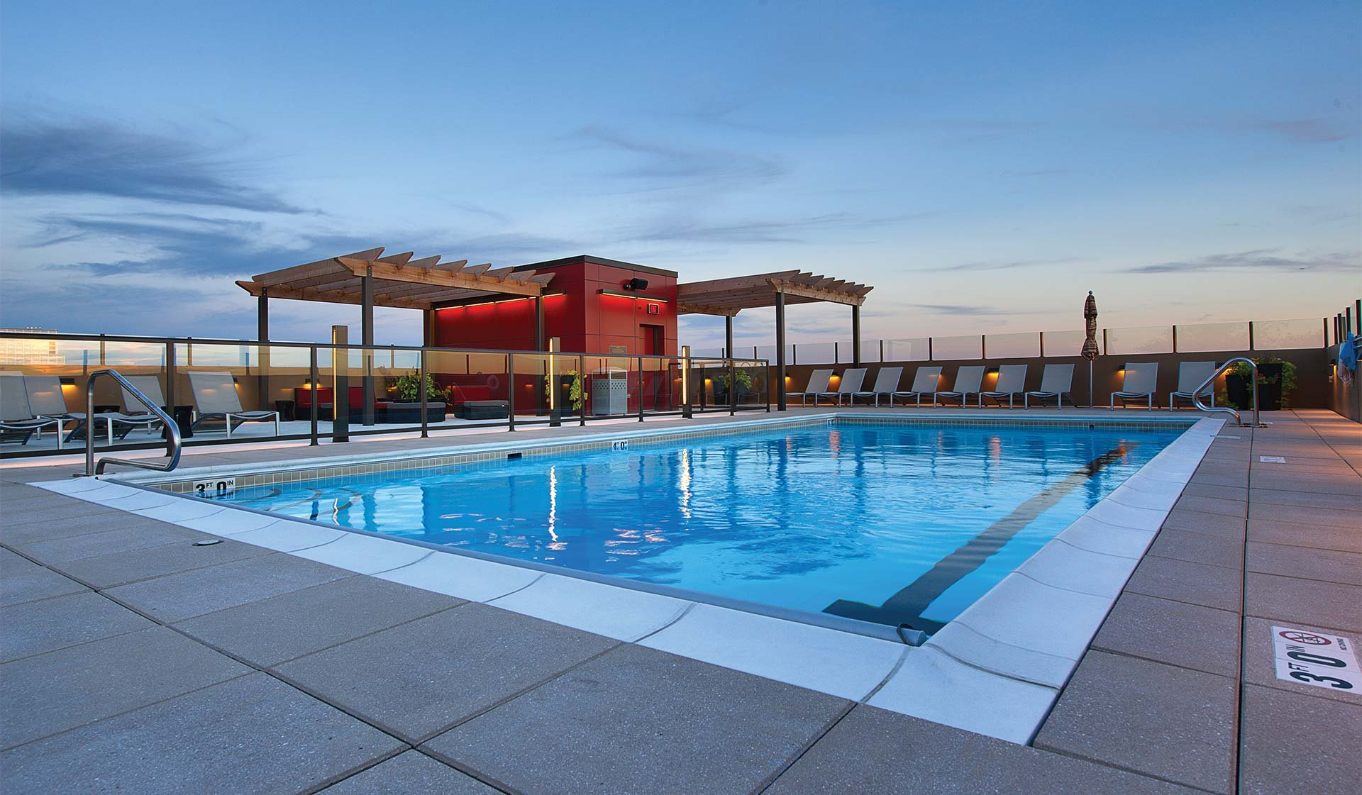 Yorktown Apartments in Lombard, IL - Rooftop Pool