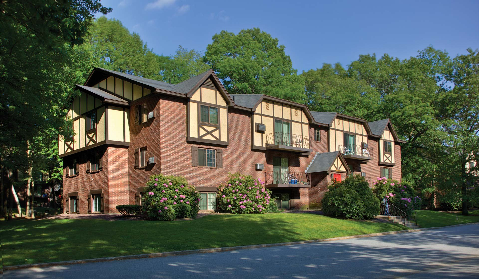 Royal Crest Estates Apartments in North Andover, MA - Beautiful Location